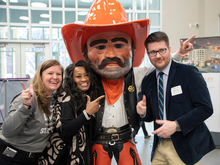 Students pose with Pistol Pete